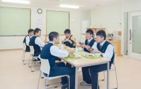 男子寮食事風景
